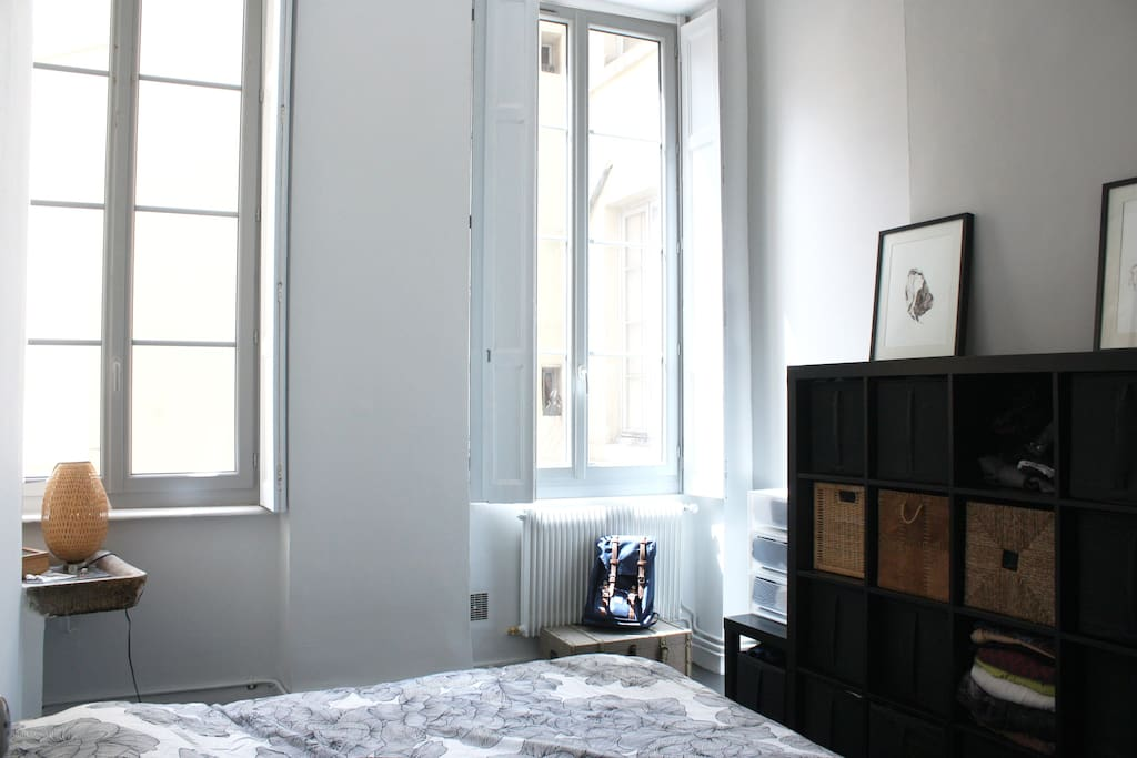Grande chambre agréable avec quelques rangements disponibles. Indépendante depuis les autres pièces mais donnant directement sur la salle de bain.