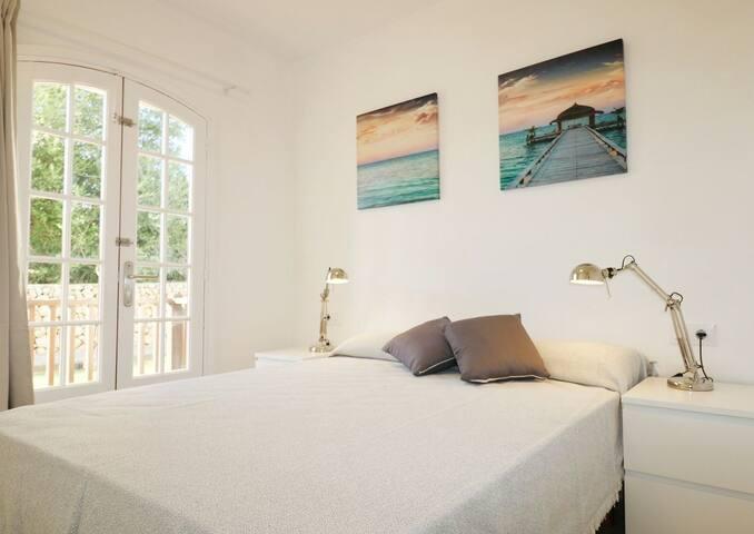 Habitación con cama de matrimonio de 150x190. Armario empotrado. Con terraza.