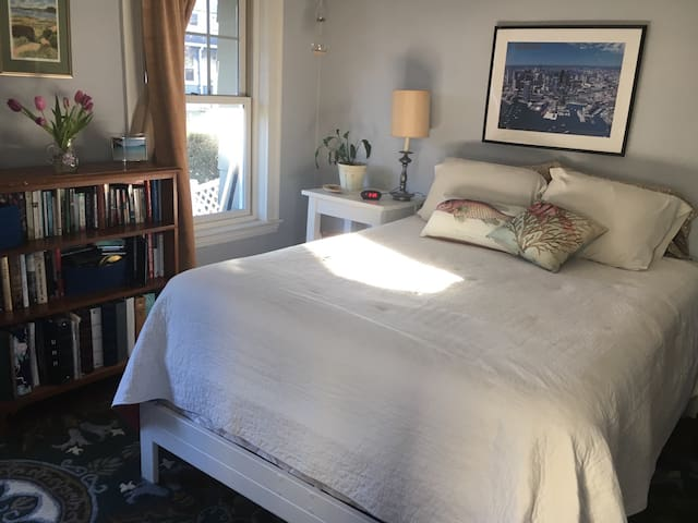 Cozy private room in West Medford, near Tufts and Davis Square