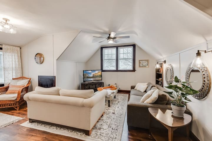 Sunny, Upper-level Duplex in the heart of NE Mpls!