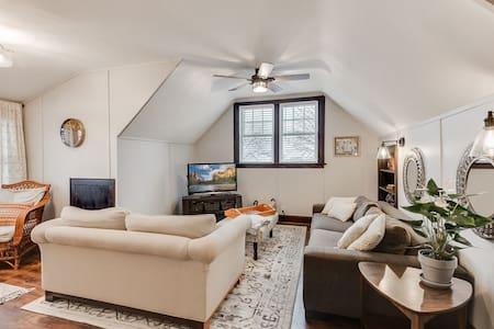 Sunny, Upper-level Duplex in the heart of NE Mpls!