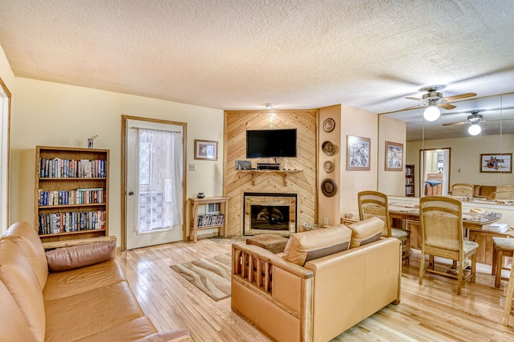 Newly updated, family-friendly home close to mountain and restaurants!