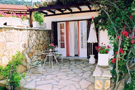 Charming Garden Studio Apt. at Beach Villa Retreat