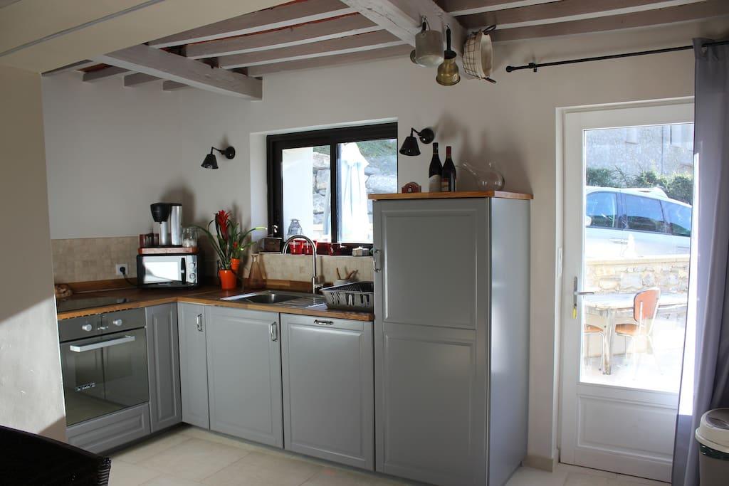 cuisine équipée avec accès terrasse