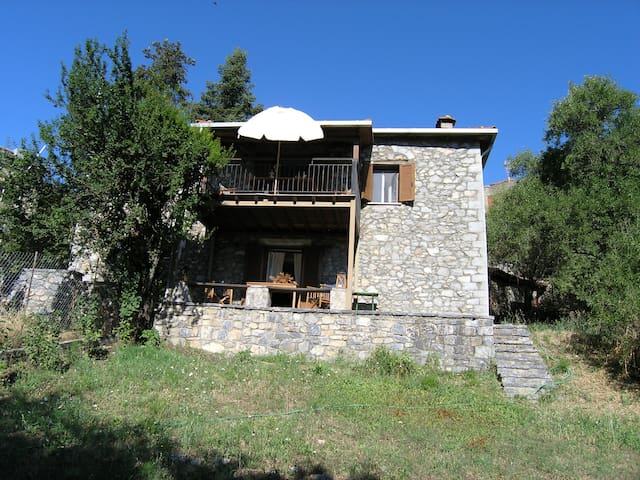 Stone house in the heart of Menalon mountain - Vytina - Casa