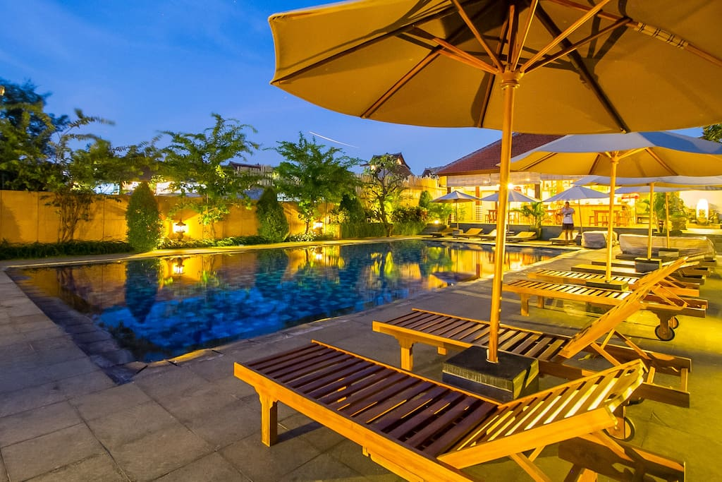 Refreshing deep blue pool overlooking rice field, perfect spot for you to chill out by the day and socialize with other good travelers from all around the globe!