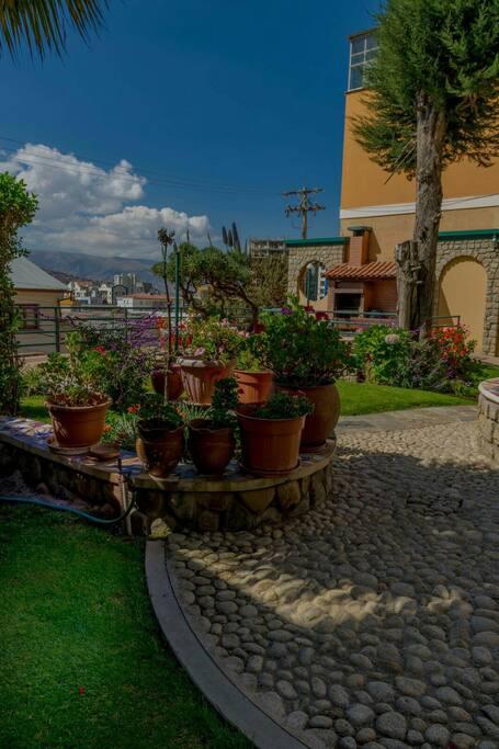 Jardin del edificio y parrillero