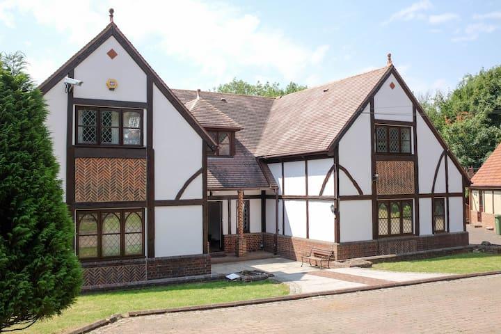 Large secluded 6 bed home- Dartford