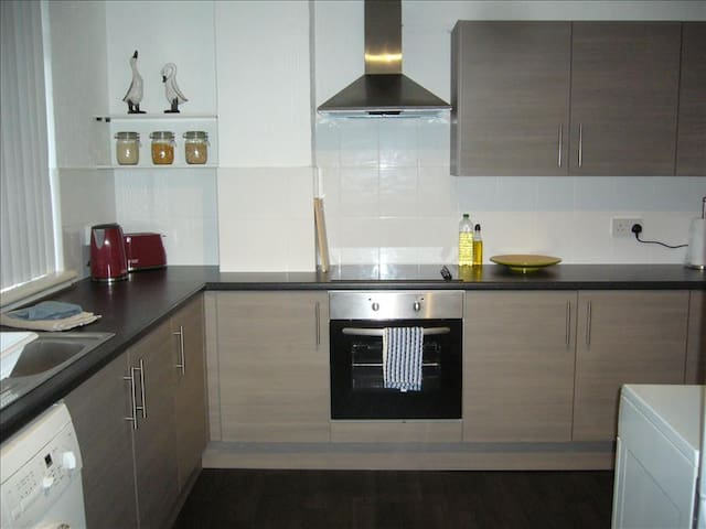 3 Bedroom Apartment near trains station and amenities - 6 single beds - Glasgow - Apartamento