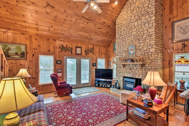 Pet-Friendly Cozy Cabin with Views By Black Rock!