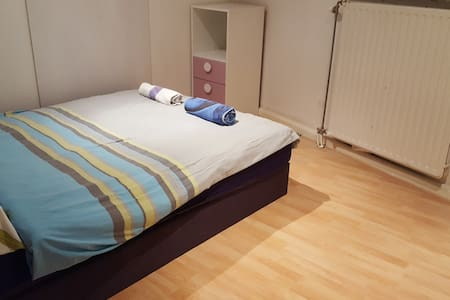 Comfortable room 15 minutes from Amsterdam center! - Koog aan de Zaan - Casa de hóspedes