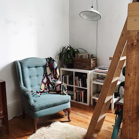 Downtown Private Character Studio with loft bed