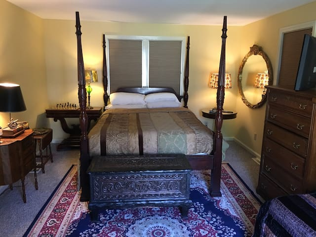 Large private room with 1  queen bed.