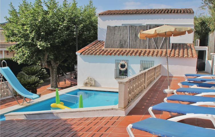 Holiday cottage with 3 bedrooms on 150 m² in Calella