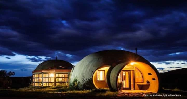 TAOS STYLE DOME HOME - 6 ACRES -Private- MNT VIEWS