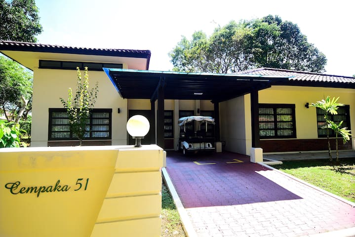 Cozy 3 bedroom villa by the beach - Riau Islands - House