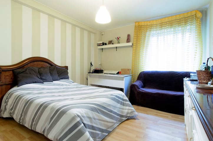 Huge & comfy room at Maria's home! - Santander - Apartemen