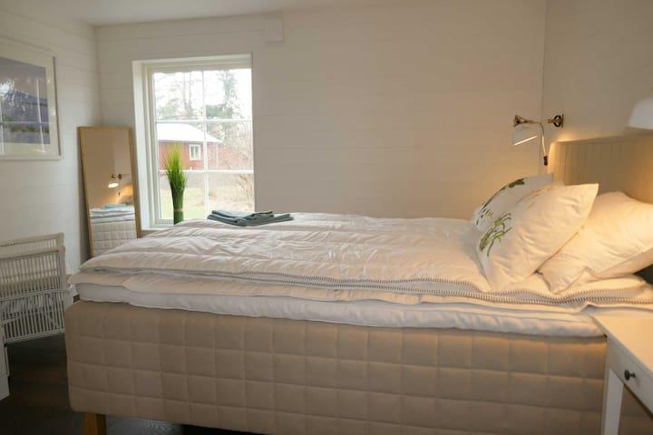 Stora sovrummet/Master bedroom med en 180-dubbelsäng
