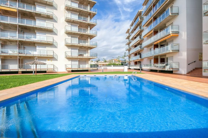 Beautiful apartment with three swimming pools in Santa Margarita (Roses), 1km from the beach.