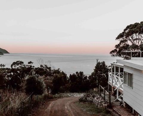 The Wayfarer - Stunning water views, Pirates Bay