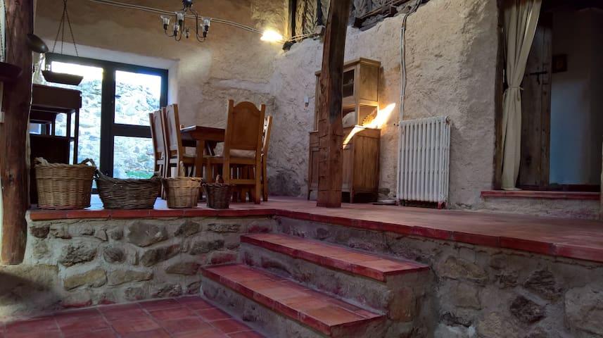 Acogedora casa en entorno rural a 60min de Madrid - Basardilla