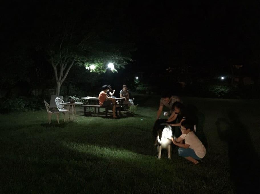 정원에서~~~가족들과 담소~
