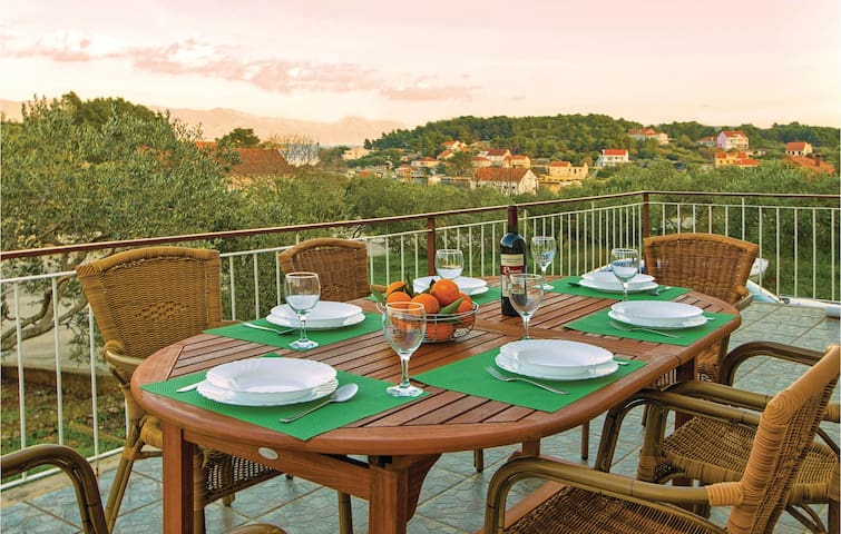 Holiday cottage with 3 bedrooms on 90m² in Lumbarda