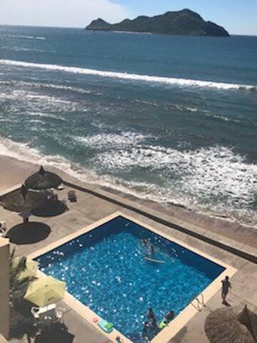 Ubicación, playa, vista y alberca en condo  para 6