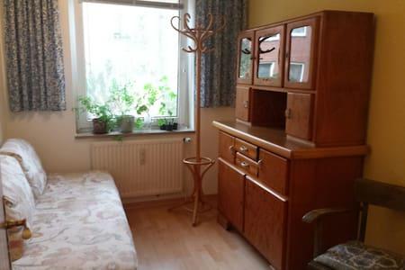 Farbenfrohes Zimmer im Grünen - Hamburg