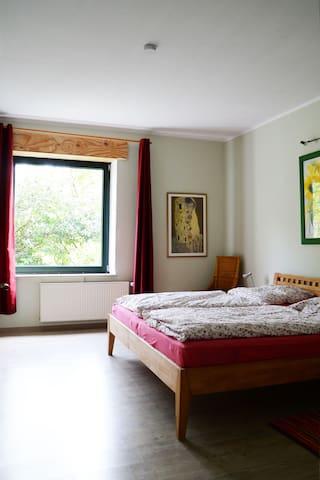 großes Schlafzimmer Bett 2x2m