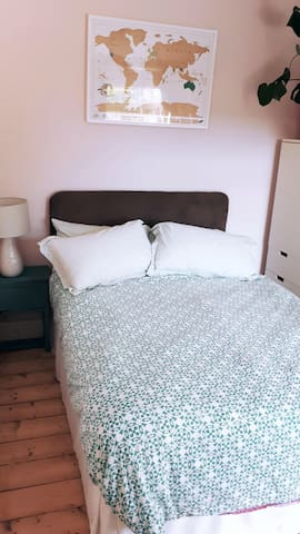 Private double room in family home near to station