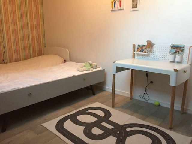 Chambre enfant no 4 ,  2ème étage . 2lits simples avec couettes .1 lit bébé pliant .