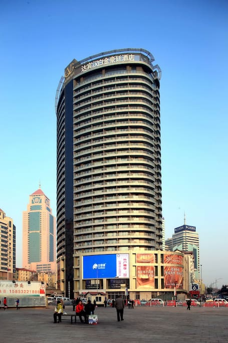 Vitoria Plaza is located on east side of Qingdao railway station, connected to subway staion of No. 2 line, convenient access to anywhere in the city.