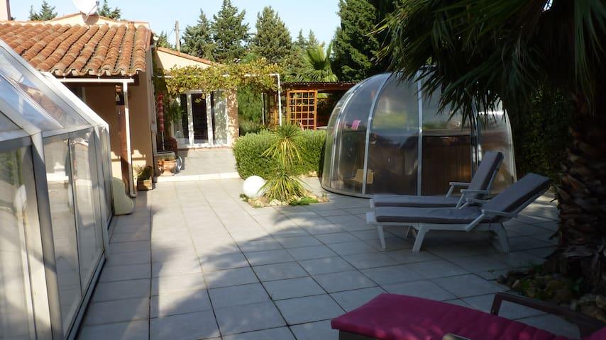 villa plain pied avec piscine chauffée et SPA - Thuir - Huvila