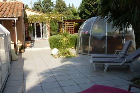 villa plain pied avec piscine chauffée et SPA - Thuir - Villa