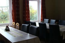 Esszimmer im EG mit zwei Tischreihen bei einer Belegung mit 15-18 Personen