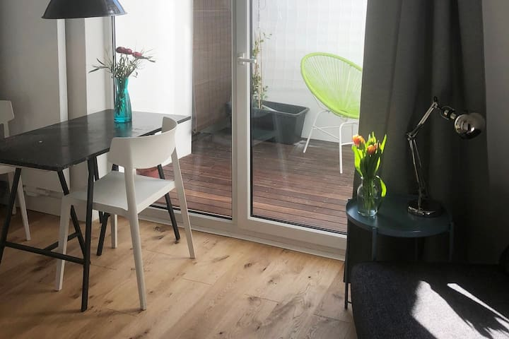 Sunny apartment with private patio / statthaus W1