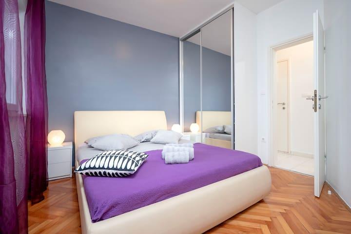 Bedroom with Queen bed size 160cm x 200cm