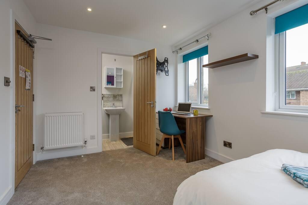 Bedroom showingEnsuite