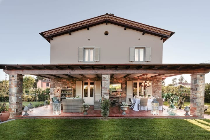 VILLA PEMOLA a Luxury Farmhouse with Garden and bikes in Lucca Town