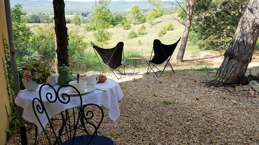 Open plan studio flat in the heart of Provence