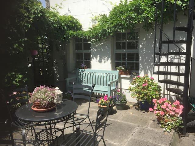 Superb S/C Garden Flat in Dalkey/Killiney Villa