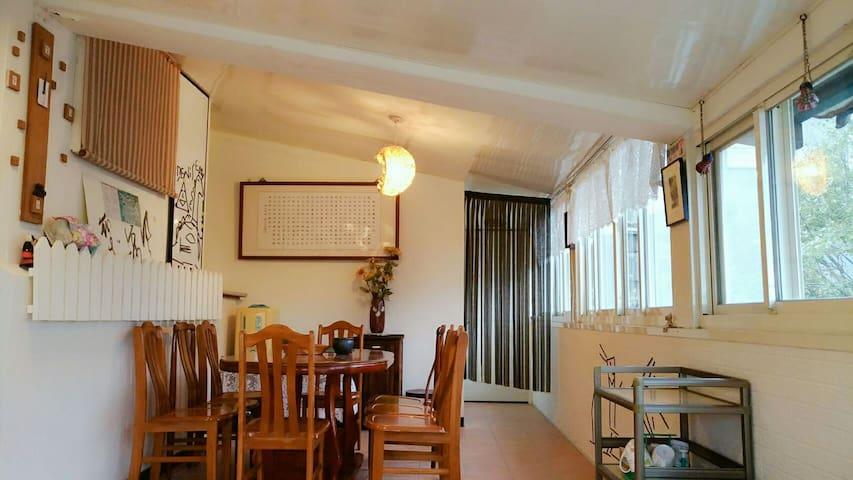 好陽光 彩虹雙人房 好讚360度大平台好觀星及海上日出 含早餐 可免費接送到九份老街金瓜石景點導覽 - 瑞芳區 - House