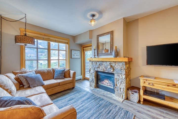 Ski-view condo w/shared hot tub/fitness room-walk to lifts & dining
