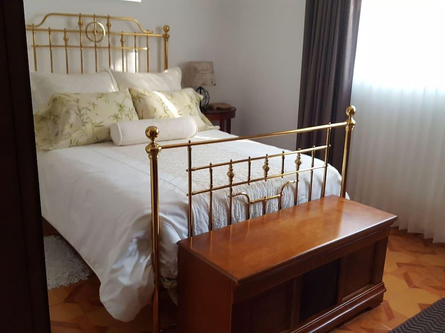 Baúl tipo antiguo como banca de pie de cama