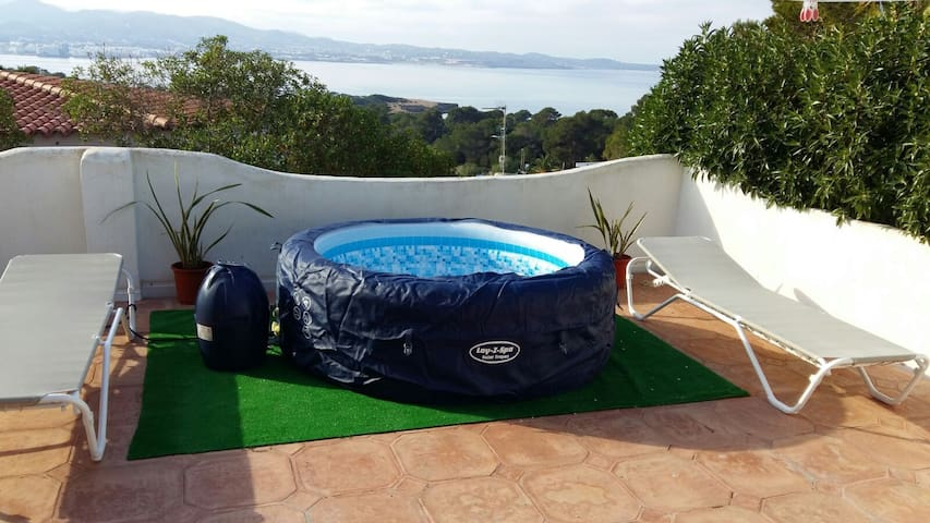 House with stunning views and jacuzzi