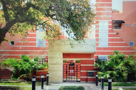 Spacious 1BR / 1Ba in the Heart of Montrose - Houston - Townhouse