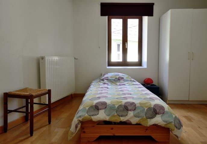 La chambre quadruple est modulable avec un lit double et deux lits simples. Possibilité d'avoir quatre lits simples, type chambrée de refuge.