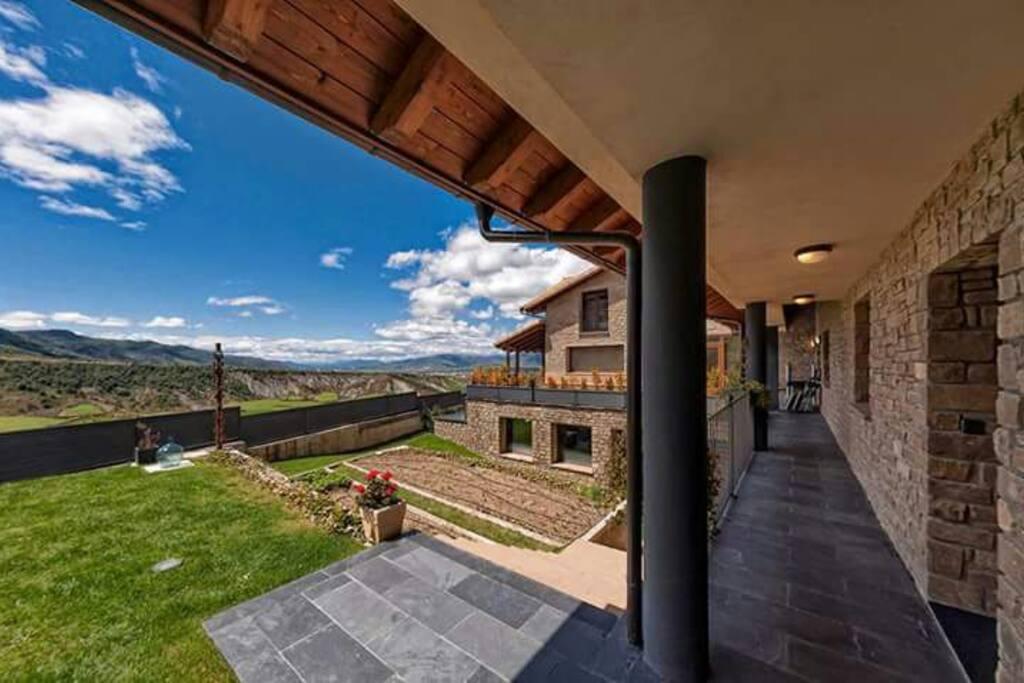 Casa en el pirineo jaca piscina climatizada y spa for Piscina jaca