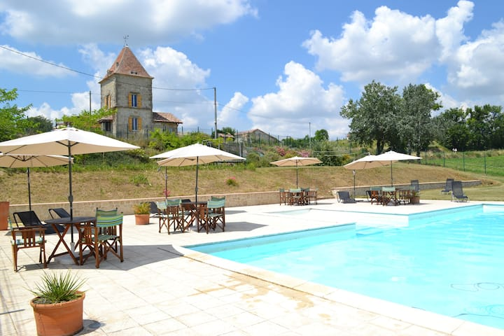 Hameau privé de 6 gîtes,  et grande piscine.